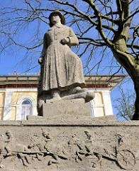 Soldat Skulptur - Neunerdenkmal in Itzehoe - Ehren und Mahnmal für die im 1. Weltkrieg gefallenen 378 Soldaten des Feldartellerieregiments Nr. 9.