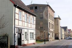 Restauriertes Fachwerkgebäude, Wohnhaus und leerstehendes Gewerbegebäude in Demmin, Mecklenburg Vorpommern / Alt + Neu.