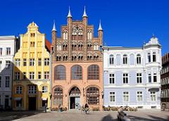 Historische Bebauung am Alten Markt in Stralsund - in der Mitte das aus dem 14. Jahrhundert stammende Bürgerhaus Wulflamhaus - norddeutsche Backsteingotik; lks. ein ursprünglich 1357 erbautes viergeschossiges Giebelhaus.