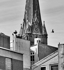 Kirchturm der St. Nikolaikirche in Elmshorn - Hausdächer; Schwarzweiss Aufnahme.