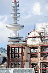 Denkmalgeschützte Fassade, entkerntes Gebäude mit Stahlträgern gestützt - Baustelle am Mittelweg in Hamburg Harvestehude, Bezirk Eimsbüttel - im Hintergrund der Hamburger Fernsehturm.