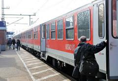 Regiozug der Deutschen Bahn - Bahnsteig Bahnhof Elmshorn.