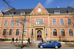 Historische Architektur, Ziegelfassade / Altes Postamt - Arztehaus in Itzehoe.