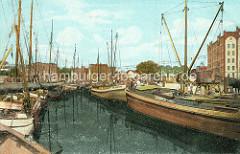 Historische Hafenszene in Elmshorn - Ewer und Lastschiffe an beiden Seiten des Hafens - rechts ein Fabrikgebäude der Köllnwerke und Eisenbahnwaggons (ca. 1910),