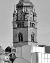 Kirchturm der Itzehoer Stadtkirche St. Laurentii - Hausdächer; Schwarz-Weiss Fotografie.