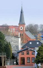 Kirchturm der Stiftskirche in Elmshorn, erbaut 1890 - historischer Baustil der Jahrhundertwende.