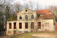 Leerstehendes, verfallenes Wohngebäude - eingestürztes Dach in Demmin, Mecklenburg Vorpommern.