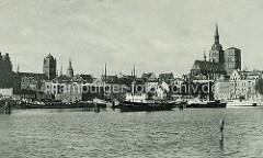 Historisches Motiv vom Hafen der Hansestadt Stralsund, ca. 1938 - Schiffe, Wohnhäuser / Lagergebäude - Kirchtürme der Hansestadt.