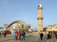 Leuchtturm Seebad Warnemünde, erbaut 1898 / Höhe 36,90m - sogen. Teepott Warnemünde, erbaut 1967- Hyparschalenarchitektur, Mehrzweckhalle - Architekt Ulrich Müther.