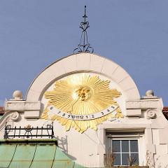 Sonnenuhr mit goldener Sonne - Hausfassade Wohngebäude, Geschäftsgebäude in der Königsstrasse von Elmshorn.