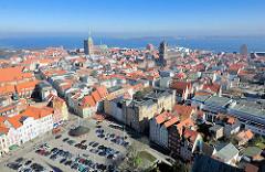 Blick auf die Hansestadt Stralsund - Luftaufnahme; im Vordergrund der Neue Markt - re. die Kirche St. Jacobi und die Speichergebäude am Stralsunder Hafen - lks. der Kirchturm der St. Nikoliakirche.
