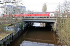Bahnbrücke, fahrender Zug über die Krückau in Elmshorn.