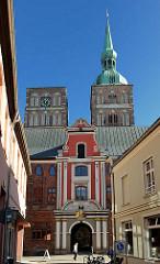 Eingang zum Buttergang des Stralsunder Rathauses - dahinter die Kirchtürme der St. Nikolaikirche.