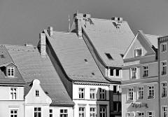 Schwarz-weiss Aufnahme - Dächer und Giebel in der Hansestadt Stralsund.