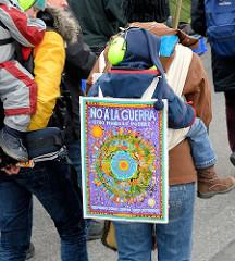 Demonstration für das Bleiberecht der Lampedusa-Flüchtlinge in Hamburg - Schild, NO A LA GUERRA. -