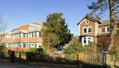 Moderner Gewerbebau, Verwaltungsgebäude - historische Villa, Wohnhaus - Fotos aus der Stadt Itzehoe.