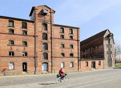 Historische Industriearchitektur im Hafen der Hansestadt Demmin - Backsteinfassaden.