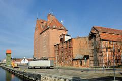 Speichergebäude am Hafen der Hansestadt Demmin; rechts der Lübecker Speicher, Fachwerkspeicher aus dem 19. Jahrhundert.