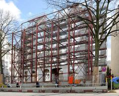Denkmalgeschütztes Gebäude - entkerntes Gebäude mit Stahlträgern gestützt - Baustelle am Mittelweg in Hamburg Harvestehude, Bezirk Eimsbüttel.