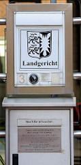 Eingang Landgericht Itzehoe, Briefkasten - Landeswappen von Schleswig Holstein - Hoheitszeichen.