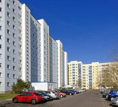 Mehrstöckige Wohnhäuser in Rostock Lichtenhagen - parkende Autos.