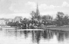 Alte Ansicht der Stadt Demmin -  Fischerhütten am Ufer dem Peene; Häuser und Kirchturm der St. Bartholomaeikirche.