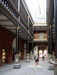 Nord-Süd Durchgang vom Stralsunder Rathaus mit Galerie