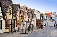 Wohnhäuser / Fischerhäuser in Warnemünde; historsche Architektur in der Achterreeg / Hinterreihe am Alten Strom.