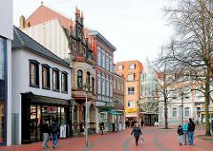 Marktplatz von Elmshorn - Häuser in unterschiedlicher historischer Architektur - Fussgänger.