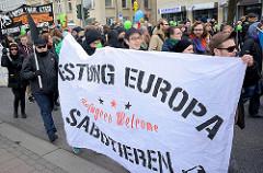Demonstration für das Bleiberecht der Lampedusa-Flüchtlinge in Hamburg. Demonstranten, Transparent Festung Europa sabotieren.
