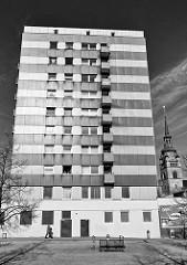 Hochhaus in Itzehoe, Schwarz-Weiß- Fotografie - Titel: Vater kommt nach Hause.