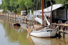 Hafenanlage der Stadt Elmshorn an der Krückau; historischer Ewer Gloria am Kai - der Ewer wurde auf der Werft Kremer in Elmshorn 1898 erbaut - seit 2003 restauriertes Museumsschiff.