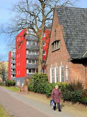 Alt + Neu; mehrstöckige Wohblocks mit roter, farbiger Fassade - Klinkerarchitektur, Gebäude der Neuapostolischen Kirche von Elmshorn.