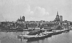 Historisches Motiv Hansestadt Stralsund ca. 1914 - Blick auf die Hafenanlagen und das Panorama der Stadt mit den Kirchtürmen.
