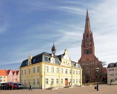 Rathaus und neugotische Kirche St. Bartholomaei in der Hansestadt Demmin.