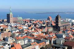 Kirchtürme der Hansestadt Stralsund - lks. die Pfarrkirche St. Nikolai, re. die St. Jacobikirche; im Hintergrund der Strelasund / Meerenge der Ostsee.