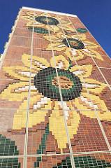 Sonnenblumenhaus in der Grosssiedlung Rostock Lichtenhagen - Fassadenschmuck / Plattenbau.