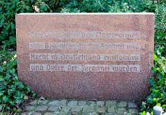 Inschrift am Ergänzungsgedenkstein des  Denkmal für die Opfer des Nationalsozialismus:  Den Verfolgten des Naziregimes zum Gedenken, die für Freiheit und Recht in Deutschland einstanden und Opfer der Tyrannei wurden.