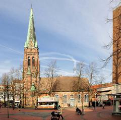St. Nikolaikirche am Marktplatz von Elmshorn - Ursprünge gotisch - neugotischer Kirchturm erbaut 1881.