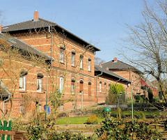 Rückseite des Wohngebäudes St. Jürgen Stift in Itzehoe; Garten.