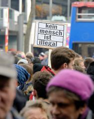 Demonstration für das Bleiberecht der Lampedusa-Flüchtlinge in Hamburg - Schild, Kein Mensch ist illegal.