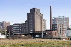 Historische Industriearchitektur der Kölln Werke in Elmshorn - Backsteinarchitektur, Fabrikschornstein.