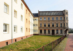 Mehrstöckige Wohnhäuser - renovierte Fassade, farbig abgesetzt - Altbau mit Klinkerfassade / Alt + Neu, Bilder aus der Hansestadt Demmin.
