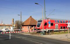 Bahnübergang Jarmener Strasse, Demmin - handbetriebene Schranken; Schrankenwärterhäuschen.