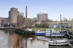 Kölln Werke an der Krückau, Elmshorner Hafen - im Vordergrund ein Sportboothafen bei Niedrigwasser.