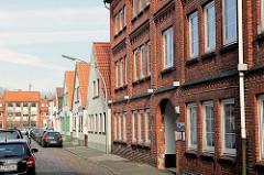 Backsteinarchitektur, Ziegelfassade - Industriearchitektur und Wohnhäuser mit Spitzdach - Catharinenstrasse in Elmshorn, Schleswig-Holstein.
