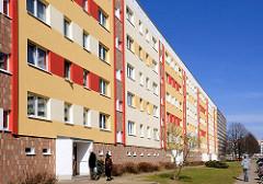 Farbenfrohe Hausfassade - Wohnhäuser in Rostock Lichtenhagen.