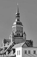 Kirchturm der Stralsunder St. Marienkirche - Hausdächer in Schwarz / Weiss.