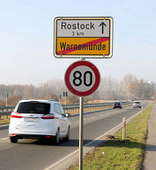 Ortsausfahrt Schild Warnemünde / Rostock, Strassenverkehr.