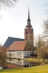 Klosterhof in Itzehoe - Nordseite der St. Laurentii Kirche - Zisterzienserinnen Kloster; erbaut Anfang des 14. Jahrhunderts. Im Vordergrund das Äbtissinnenhaus.